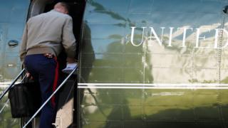 """Офицер морской пехоты США вносит """"ядерный футбольный мяч"""" в президентский вертолет"""