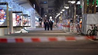 柏林警察在遇袭的圣诞集市巡逻(20/12/2016)