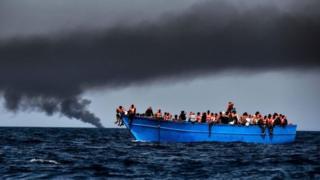 Migrants inside boat dey cross go Europe.