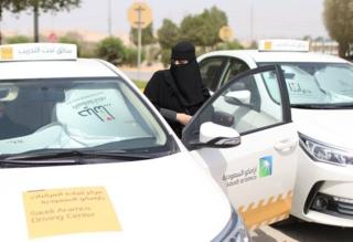 Penangkapan kepada belasan pegiat dilakukan sementara hari Minggu perempuan Saudi akan diizinkan mengemudi.