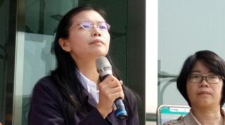 李明哲太太李净瑜(左)向媒体讲话(台湾中央社图片28/3/2017)