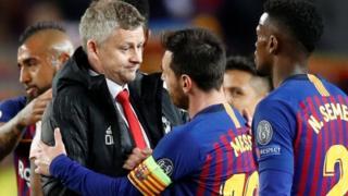 Umutoza Ole Gunnar Solskjaer wa Manchester United ahoberana na rutahizamu Lionel Messi wa Barcelone ubwo umukino wari urangiye