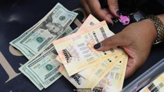 Notas de dinheiro e bilhetes de loteria