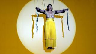 В перформансах Марина Абрамович выставляет перед зрителями человеческие страхи и пытается их преодолеть. Говорит, если это она, сможет любой