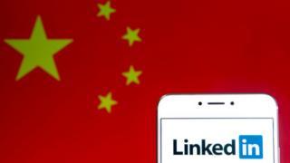 Logo de LinkedIn con la bandera de China de fondo