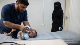 Kahramanmaraş'taki kampta görevli doktorlar Suriyeli mültecilerin tedavilerini yürütüyor.