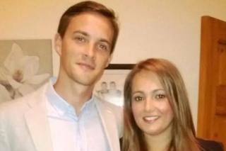 Oliver Dearlove junto a su novia Claire.