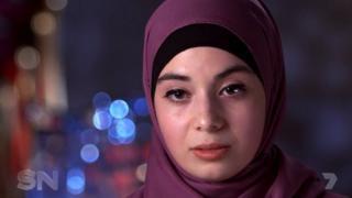 Zeynab Alshelh oo dhakhtarnimo ka barata magaalada Sydney ayaa Faransiiska u tagtay si ay u garab istaagto gabdhaha Muslimiinta ah