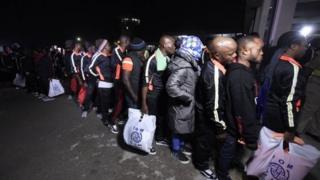 Ihe ruru mmadụ iri 150 bụ ndị si mba Libya lọta n'ọdọ ụgbọelu dị na Legọs n'abalị ise nke ọnwa Disemba, afọ 2017.