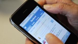 Smartphone conectado ao Facebook