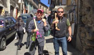 Dan e Isaac sostienen picos y palas para el hielo en La Paz, Bolivia.
