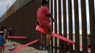 أرجوحة على الحدود: أطفال يلعبون سويا على جانبي الجدار الفاصل