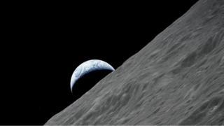 صورة من الفضاء تظهر سطح القمر والأرض معا
