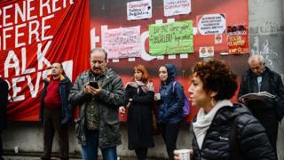 Протест у здания Cumhuriyet