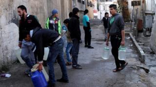 سكان دمشق يعتمدون على خزانات المياه بسبب انقطاع مياه الشرب طوال أسبوع