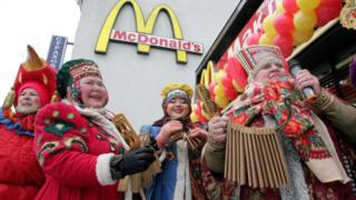 Женщины в национальных костюмах на фоне МакДональдс