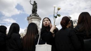 巴黎共和國廣場悼念劉少堯集會現場的一名年輕華裔女子(2/4/2017)