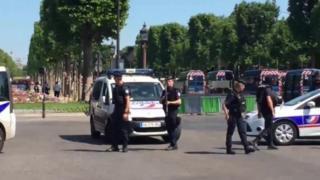 Paris'te araç polis aracına çarptı