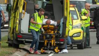 Vítimas são atendidas em ambulância