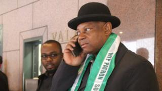 Paul Boroh dey make phone call.