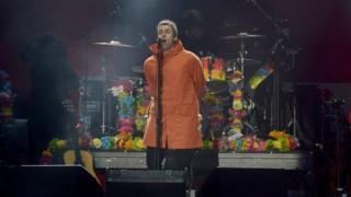 Dağılan Oasis'in eski solisti Liam Gallagher de yardım konserinde sahne aldı.