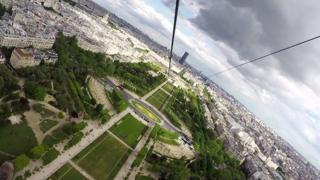 Спуск с Эйфелевой башни по канату занимает всего 60 секунд.