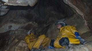 два спелеолога в пещере