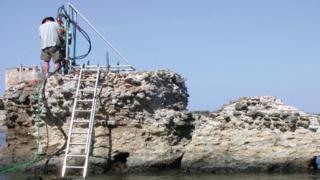 Pesquisadores examinam pier antigo