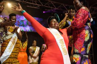 online dating ناسسی بلیندا (C)، یک زن کسب و کار، با احساساتی که در تاریخ اول آوریل اوگاندا خانم انحصاری در کامپالا، اوگاندا، در تاریخ 26 آوریل سال 2019 به وقوع پیوسته است، واکنش نشان می دهد.
