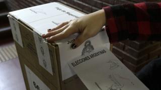 Una persona votando en las PASO