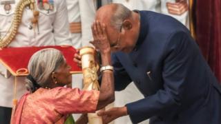 రాష్ట్రపతి రామ్నాథ్ కోవింద్ను ఆశీర్వదిస్తున్న తిమ్మక్క