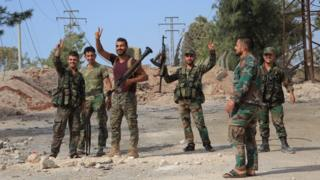 Suriye ordusundan askerler zafer işareti yapıyor