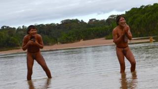 Jovens Tsapanawa durante primeiro contato