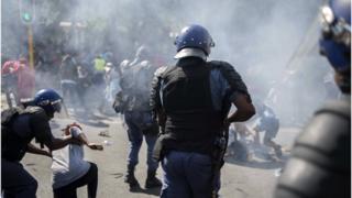 Affrontements entre police et étudiants à l'université de Witwatersrand, à Johannesburg, en Afrique du Sud, le 21 septembre 2016.