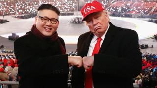 Рукопожатие двойников Дональда Трампа и Ким Чен Ына во время зимних Олимпийских игр