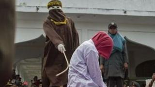 इंडोनेशिया की फ़ाइल फ़ोटो, जिसमें महिला को सार्वजनिक रूप से कोड़े लगाए जा रहे हैं