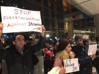 معترضان در فرودگاه لوگان بوستون خواستار اجازه ورود این دانشجوی ایرانی شدند