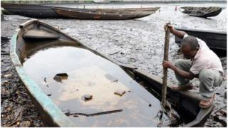 Les hydrocarbures qui se déversent dans le Delta du Niger causent des dommages à l'environnement.
