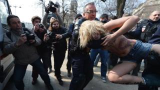 Полицейские задержали активистку FEMEN