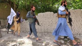 東部ナンガルハール州で政府軍との停戦を祝うタリバン兵士たち(先月16日)