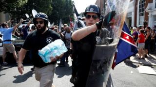"""Як пише кореспондент ВВС News із місця подій Джоель Ґюнтер, протест ультраправих у Шарлоттсвіллі був зібранням ополченців, расистів, нео-нацистів і тих, хто заявляв, що хоче захистити свою """"південну історію"""""""