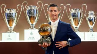 Cristiano Ronaldo con el premio Balón de Oro.