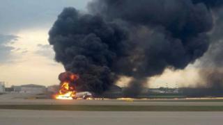 El avión se incendia en la pista.
