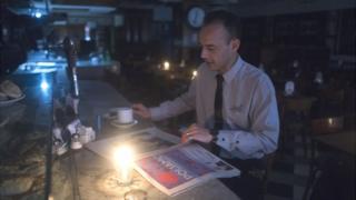 Чоловік читає газету
