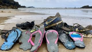 Calçados que Tracey Williams encontrou na Cornualha, na Inglaterra