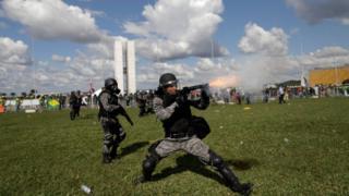 Policiais entram em confronto com manifestantes em Brasília, no dia 24 de maio de 2017