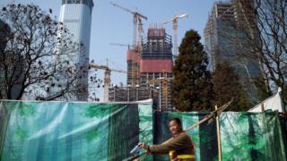 北京街頭某建築工地外的一名工人(28/3/2017)