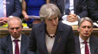 外交官23人の国外追放について説明するメイ英首相