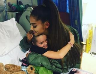 Ariana Grande abraza a Lily Harrison
