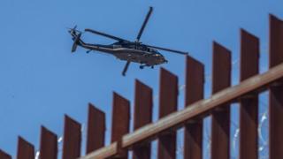 Вертолет над заграждением на границе США и Мексики (архивное фото)